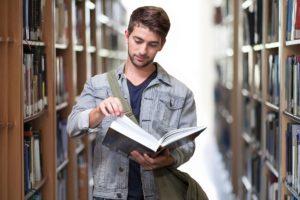 סטודנט בספרייה
